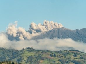 Volcan Turrialba spewing ash